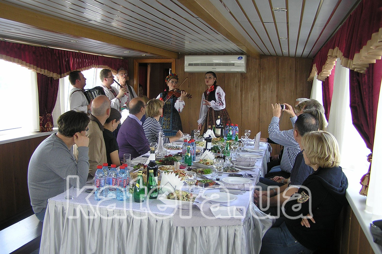 Банкет на теплоходе с выступлением украинского фольклорного коллектива