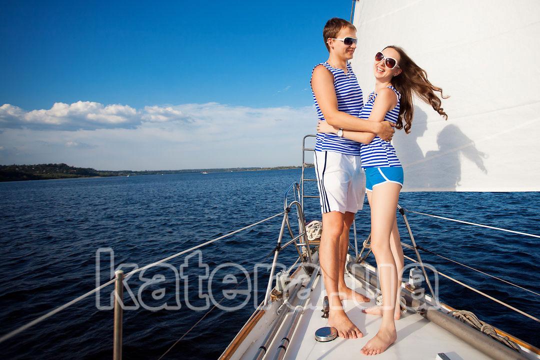 Отдых с девушкой на борту яхты