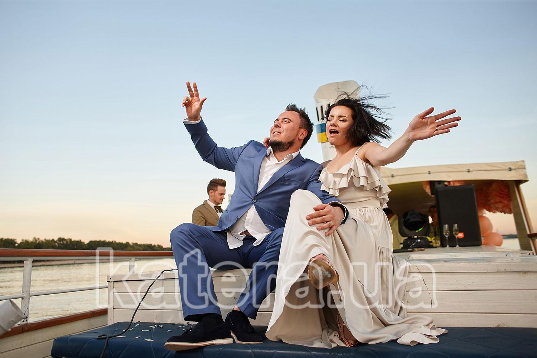 Молодожены празднуют свадьбу на теплоходе