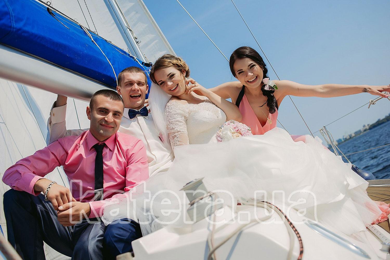 Молодожены и свидетели на борту яхты