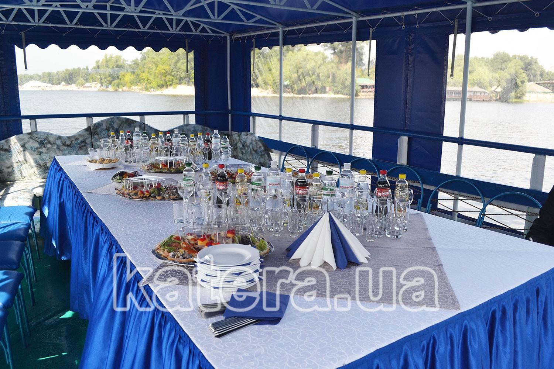Фуршетный стол на полуоткрытой летней площадке - katera.ua