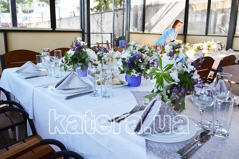 Сервировка столов с живыми цветами для банкета на теплоходе - katera.ua
