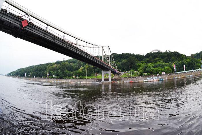 Пешеходный мост в Киеве с воды