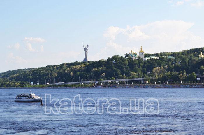 Вид на Киево-Печерскую лавру и монумент-скульптуру «Родина-мать»