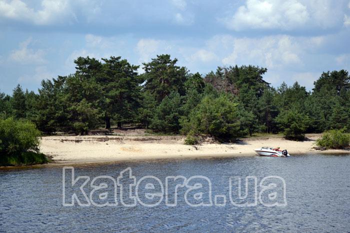 Песчаный пляж на острове Великом
