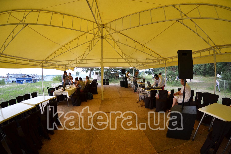 Отдых гостей на полуоткрытой площадке на острове Великий - katera.ua