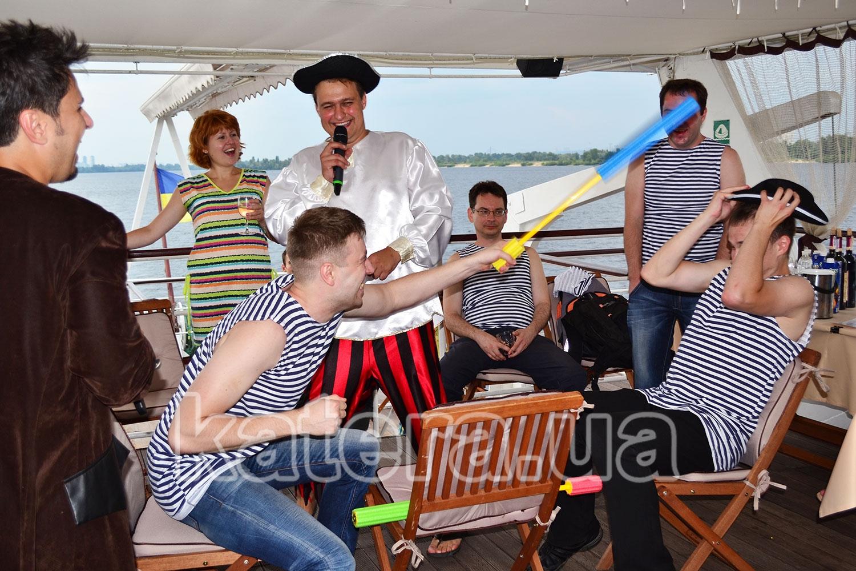 Ведущие проводят веселый конкурс для гостей на борту теплохода - katera.ua