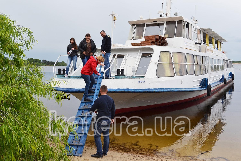 Высадка гостей с теплохода Омар Хайям на остров Великий - katera.ua