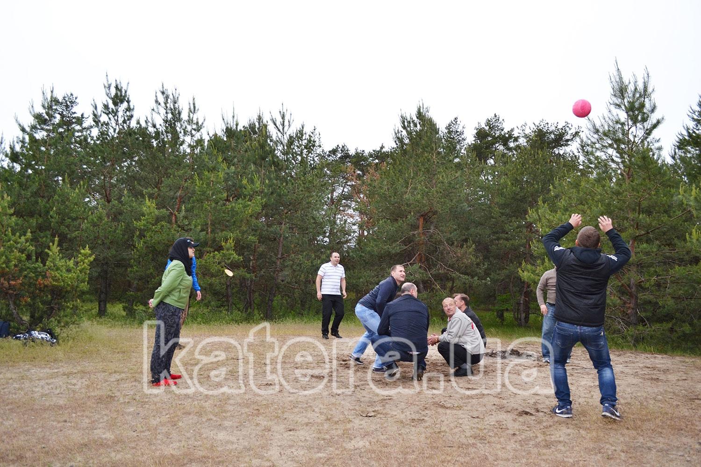 Спортивная игра в волейбол на острове - katera.ua