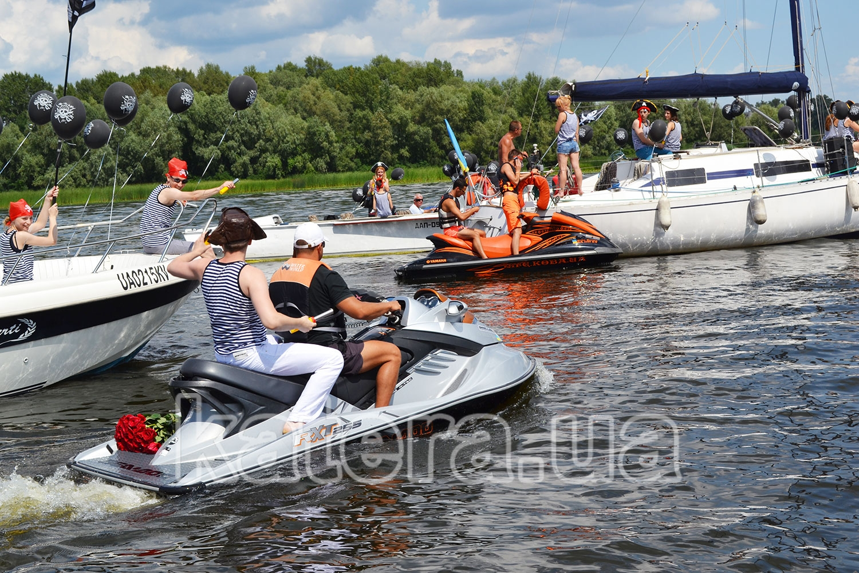 Молодой человек берет на абордаж яхту на которой находиться его девушка - katera.ua
