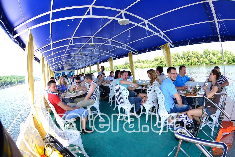 Отдых гостей на полуоткрытой площадке на верхней палубе теплохода - katera.ua