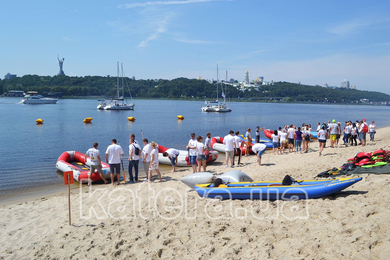 Команды на берегу в ожидании начала парусной регаты - katera.ua