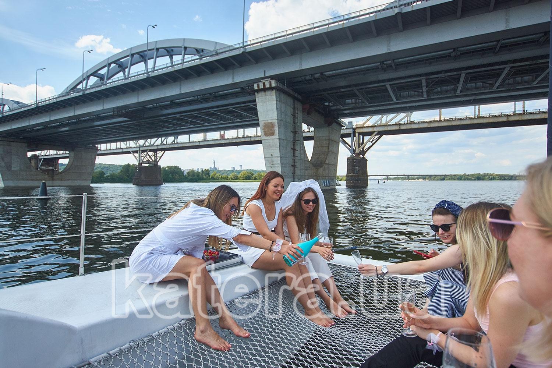 Девочки праздную девичник на яхте - katera.ua