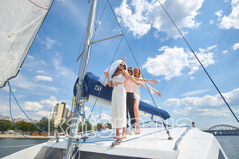 Две девушки на яхте Ла Вита - katera.ua