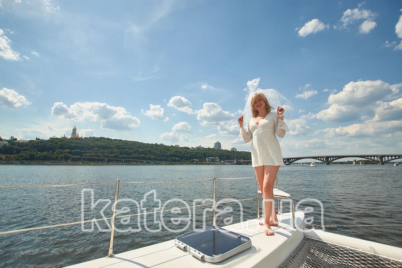 Девушка на фоне моста Метро на яхте ЛаВита - katera.ua