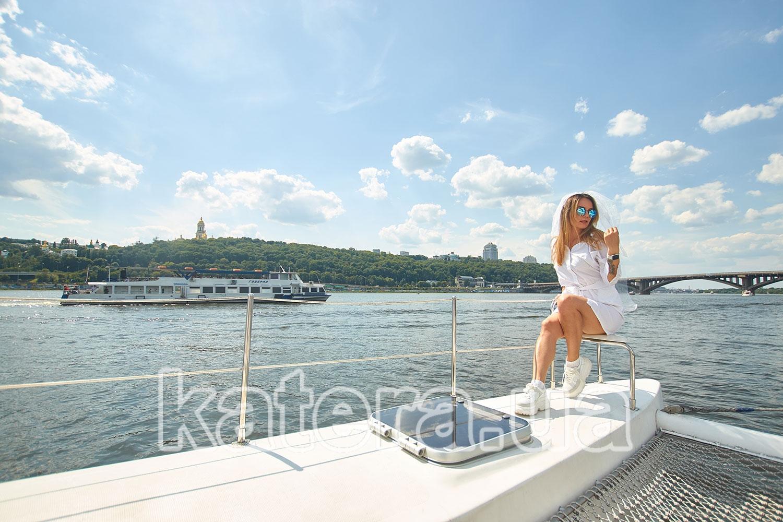 Девушка на фоне Киево-Печерской лавры на яхте ЛаВита - katera.ua