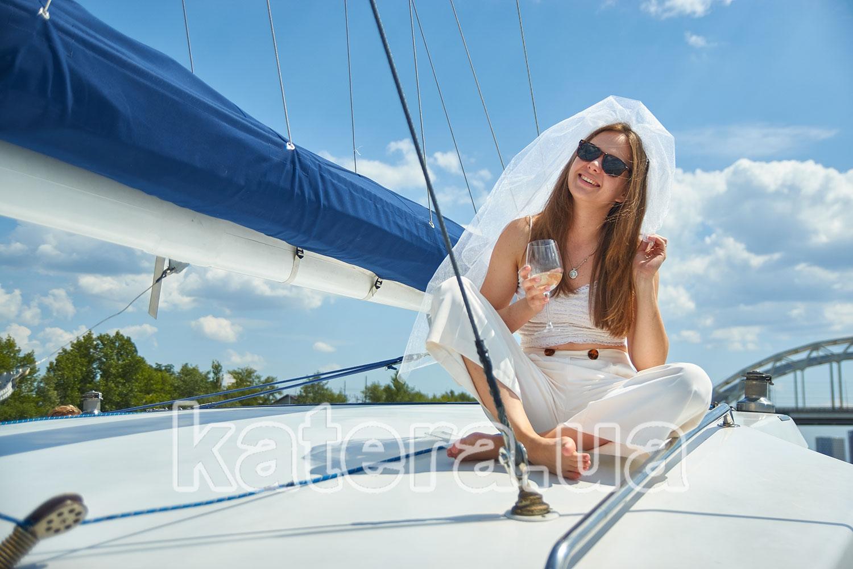 Девушка с свадебной фатой на яхте Ла Вита - katera.ua