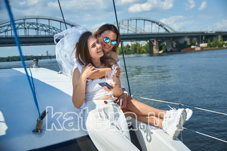 Две подружки на девичнике на яхте Ла Вита - katera.ua