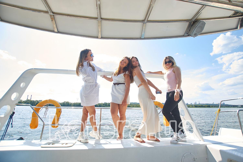 Четыре подружки на корме яхты ЛаВита - katera.ua