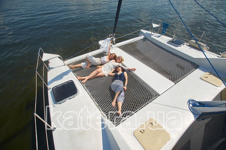 Три подружки отдыхают на сетках на яхте Ла Вита - katera.ua