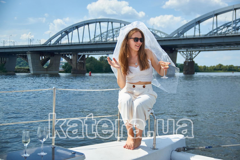 Девушка с бокалом и фатой на носу катамарана La Vita - katera.ua