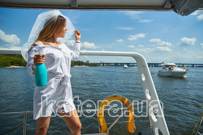 Девушка позирует фотографу на корме яхты ЛаВита - katera.ua