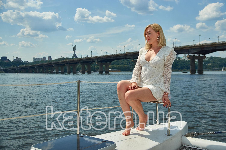 Девушка на фоне моста Патона на катамаране La Vita - katera.ua