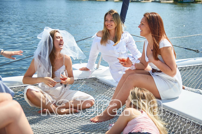 Девушки весело празднуют девичник на носу яхты
