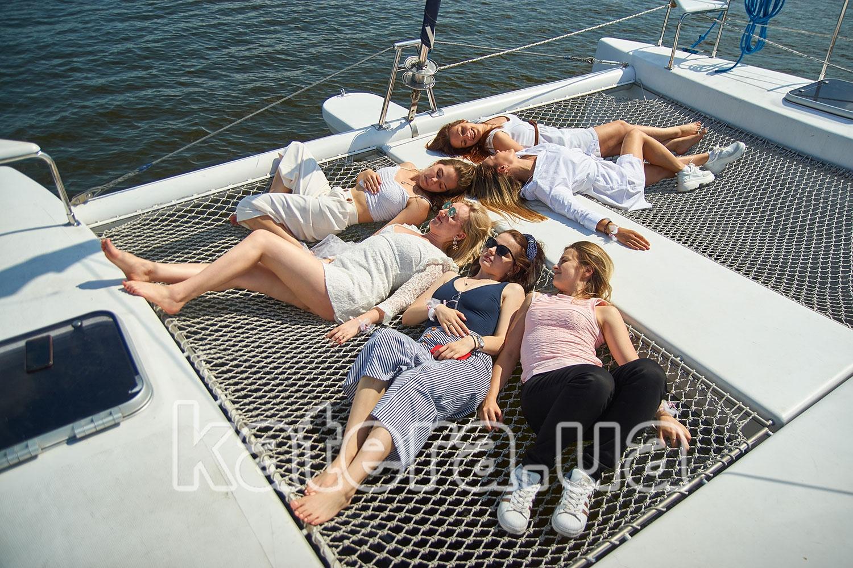 Большая компания девушек празднует девичник на катамаране La Vita - katera.ua