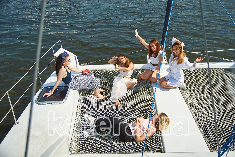 Подружки слушают музыку и весело проводят время на борту яхты Ла Вита