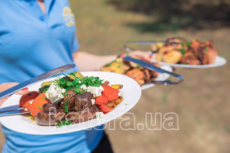 Официант подает овощи гриль гостям - katera.ua