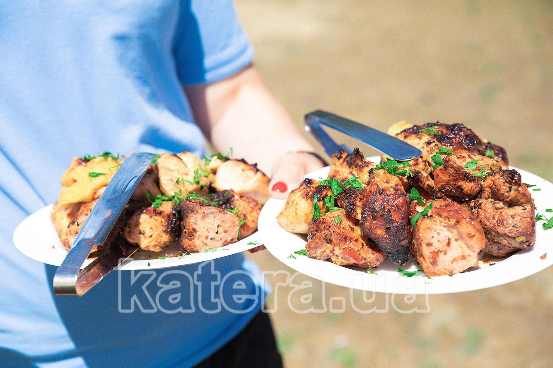 Официант подает гостям вкусный шашлык с мангала - katera.ua