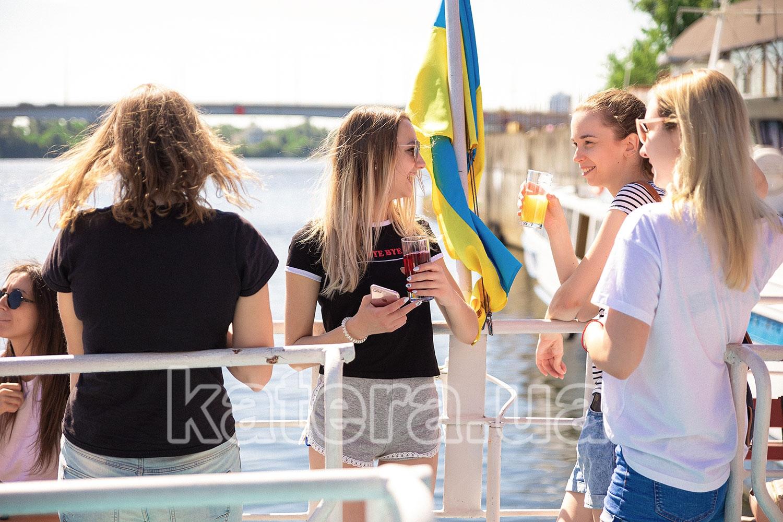 Сотрудники компании отдыхают с напитками на верхней палубе теплохода - katera.ua