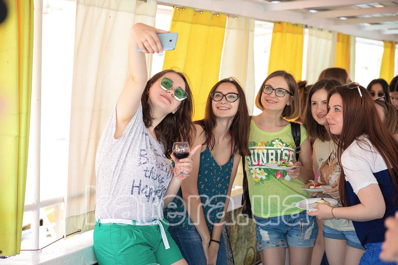 Милые девушки делают селфи на верхней палубе теплохода - Katera.ua