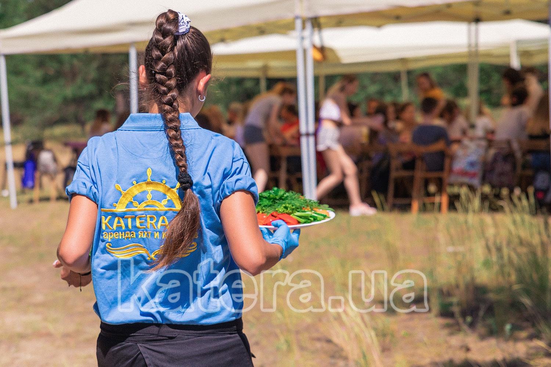 Подача официантом ассорти из свежих овощей на стол гостям - katera.ua