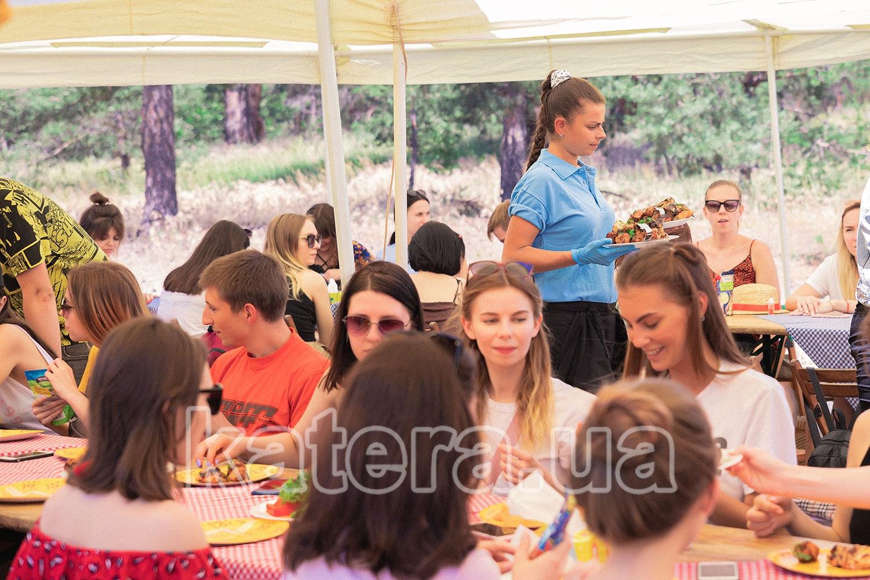 Подача горячего вкусного и ароматного шашлыка на стол гостям - katera.ua