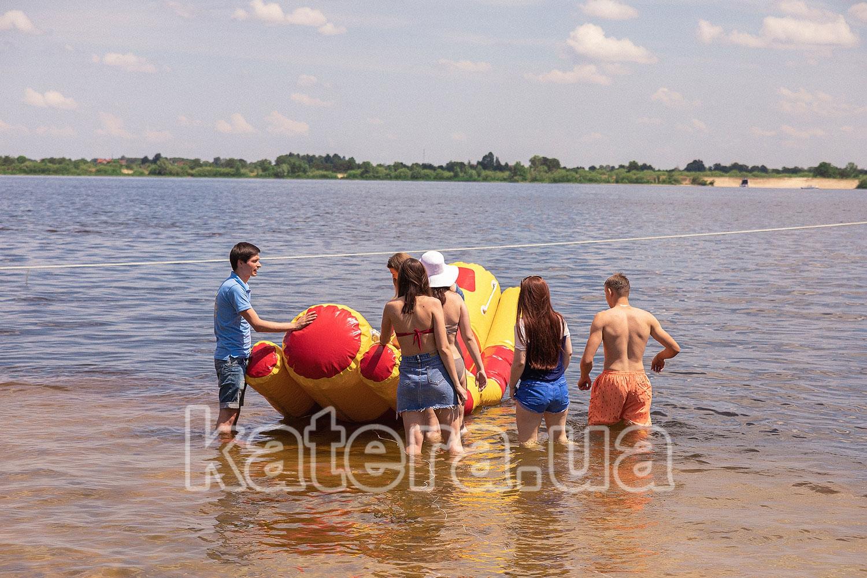 Гости собираются кататься на надувных водных качелях - katera.ua