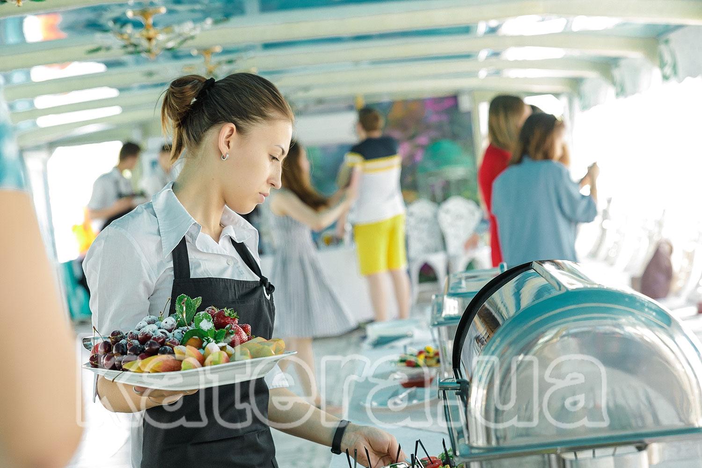 Официант с тарелкой ассорти из фруктов - katera.ua