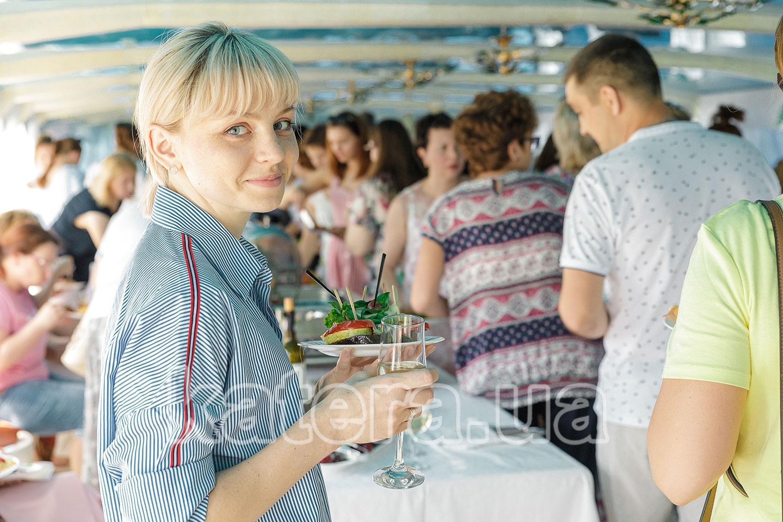 Девушка с бокалом шампанского - katera.ua