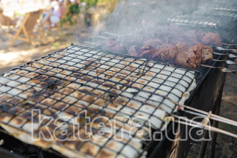 Лаваш и шашлык готовятся на мангале - katera.ua