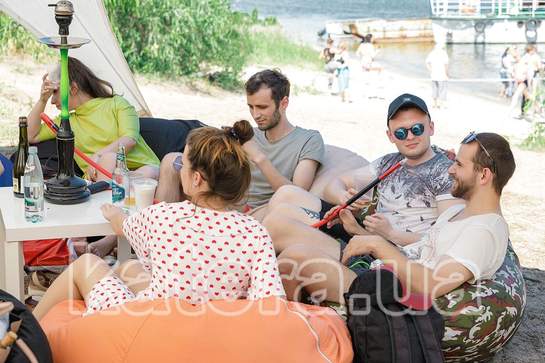 Коллектив медицинской компании отдыхает с кальяном под тентом - katera.ua