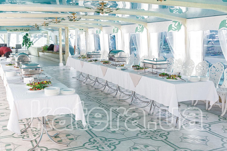 Большой просторный и светлый банкетный зал на нижней палубе теплохода - katera.ua