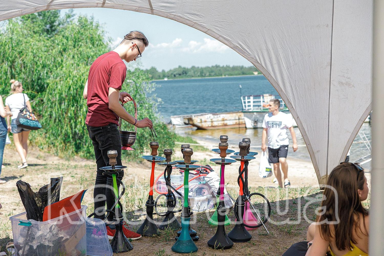 Кальянщик готовит кальяны для гостей - katera.ua