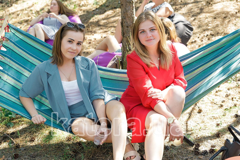 Две милый девушки отдыхают в гамаке на острове - katera.ua