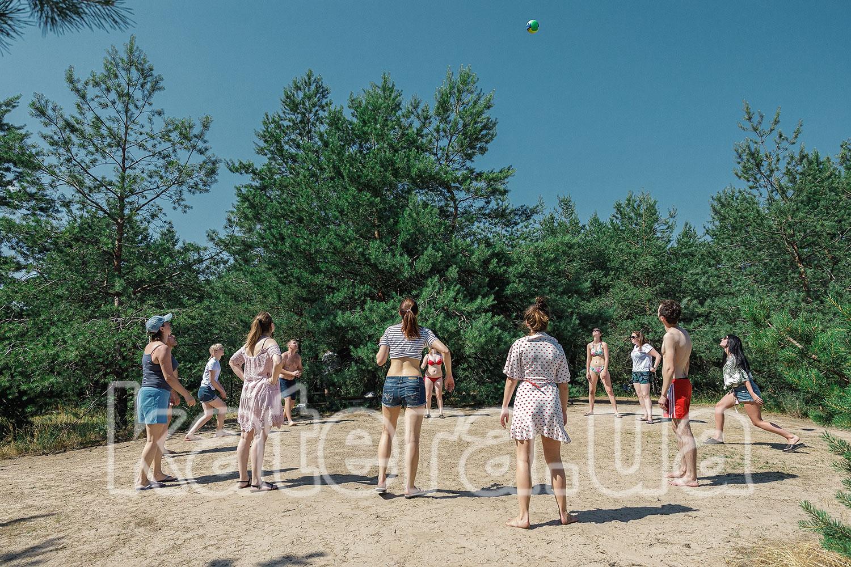 Сотрудники медицинской компании играют в волейбол - katera.ua
