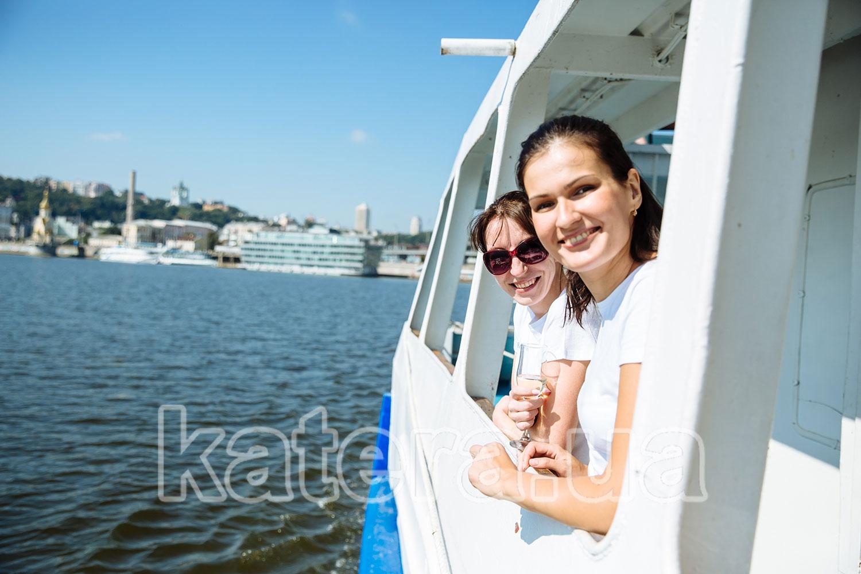 Две девушки мило улыбаются фотографу - katera.ua