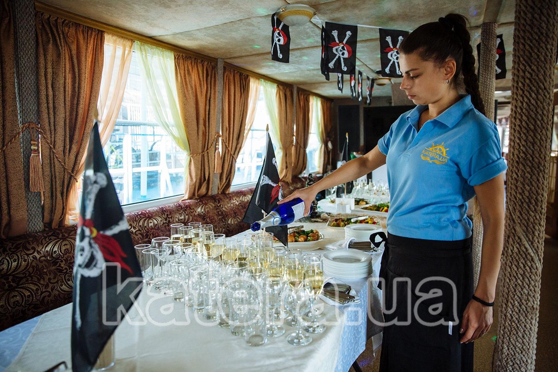 Официант наливает шампанское в бокалы - katera.ua