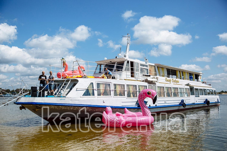 Теплоход Омар Хайям вместе с розовыми фламинго на острове - katera.ua