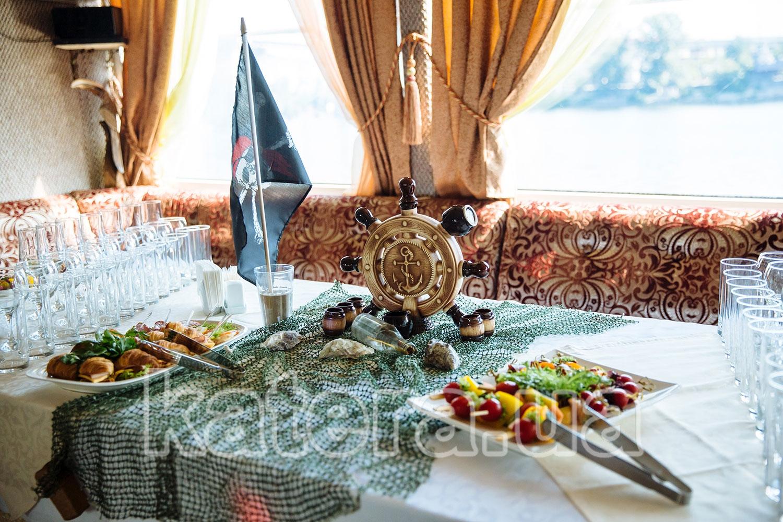 Морской декор фуршетного стола на нижней палубе теплохода - katera.ua