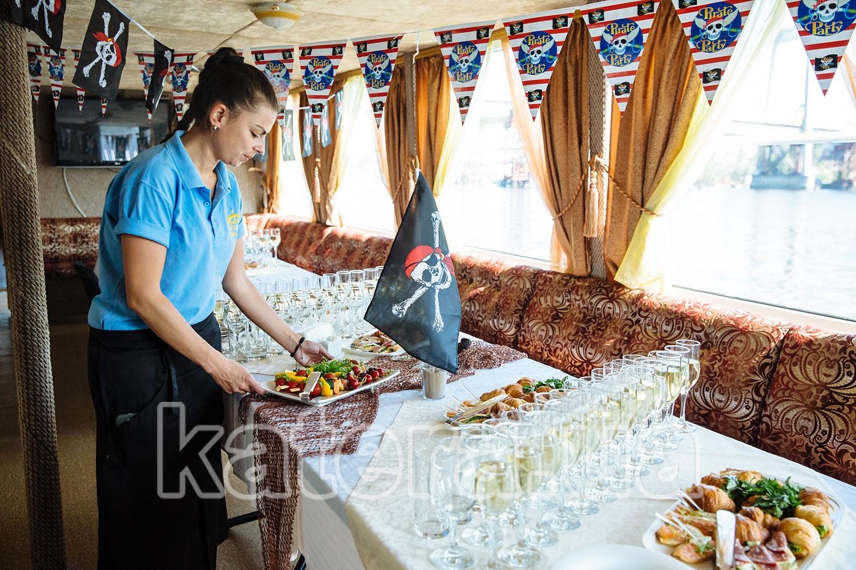 Официант накрывает на стол - katera.ua
